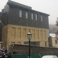 Під крики «Ганьба»: на Андріївському узвозі відкрили фасад будівлі театру