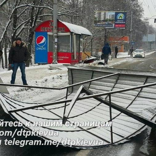 ДТП у Києві: фура знесла зупинку та перукарню, є постраждалі (фото, відео)