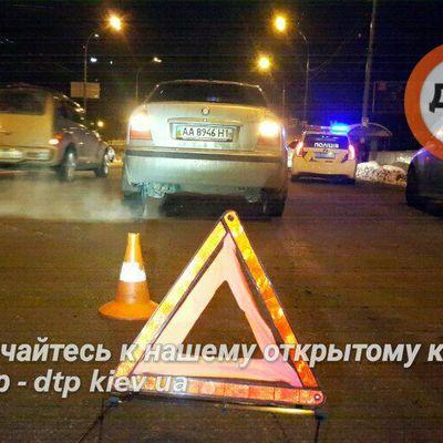 У Києві водій збив двох дітей із санчатами (фото)