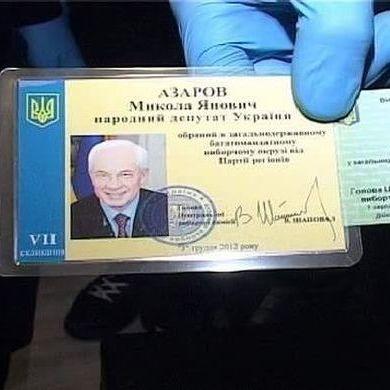 Столове срібло, нагородна зброя та живопис: поліція виявила квартиру із речами Азарова (фоторепортаж)