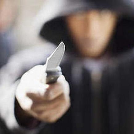 Злочинець з ножем напав на кредитну організацію