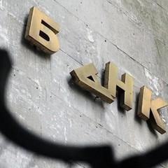 Рідний банк Авакова вивів елітну нерухомість на автослюсара