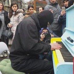 Піаніст в балаклаві виступив під Адміністрацією президента (відео)