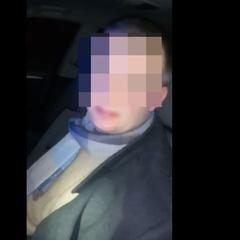 «Встаєм. Відкриваємо очки!» - нетверезий суддя заснув за кермом, зупинившись на червоний сигнал світлофора (відео)