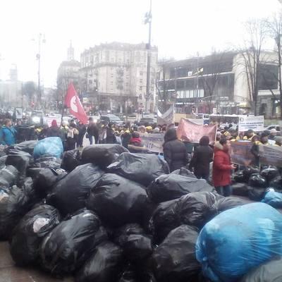 У Києві власники і працівники Мафів завалили мерії сміттям (фото, відео)