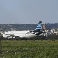 Пілот захопленого лівійського літака розповів, куди хотіли летіти викрадачі