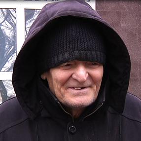 У Дніпрі 78-річний дідусь забрав із банку всі заощадження та забув гроші у камері схову супермаркету (відео)