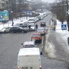 У Мукачеві водій захотів об'їхати автівки по «зустрічці», але потрапив у ДТП (відео)