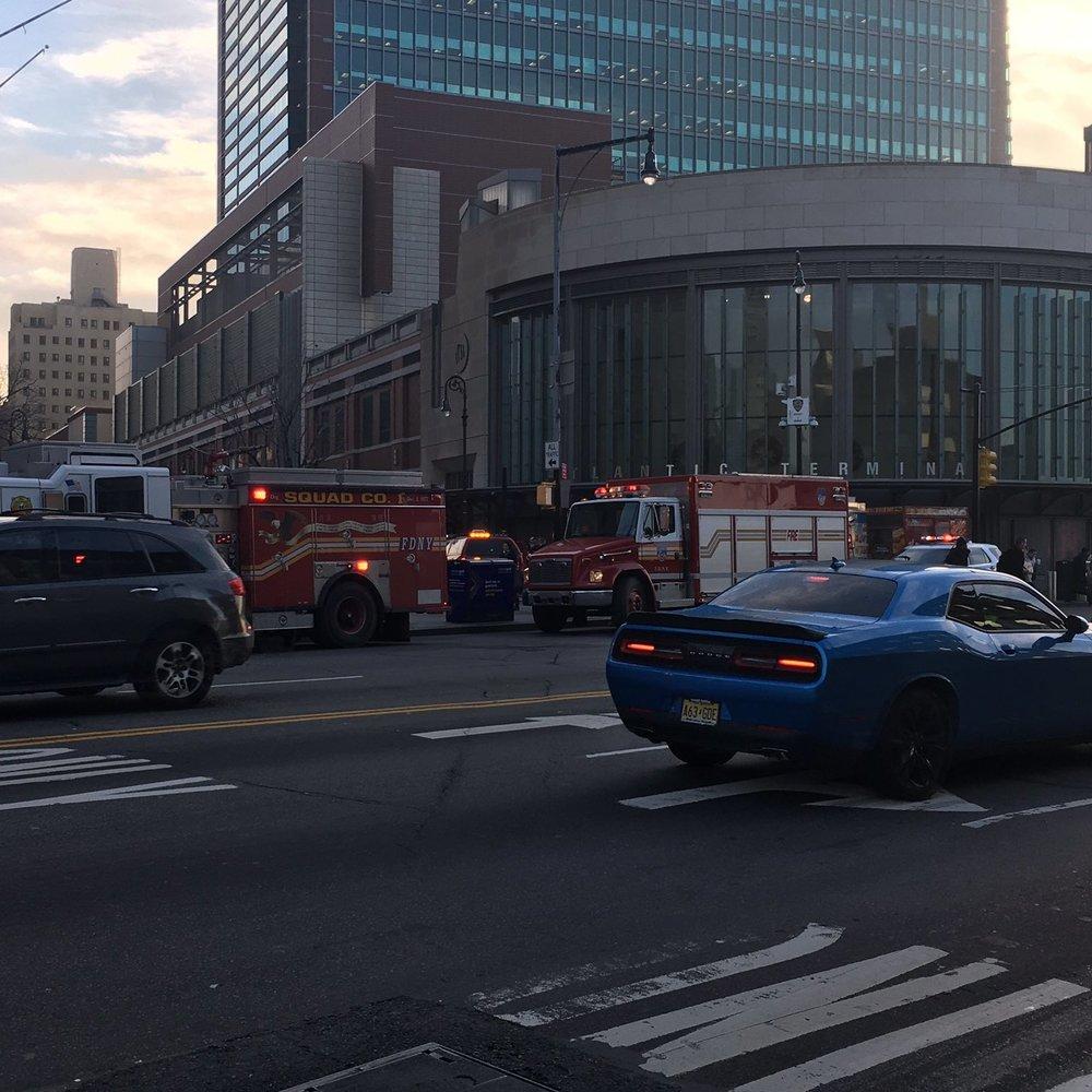 У Нью-Йорку пасажирський поїзд зійшов з рейок, є постраждалі (Фото, відео)