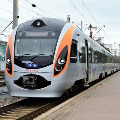 «Посеред поля»: поїзд Інтерсіті, який їхав із Києва, вночі застряг