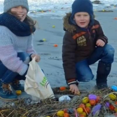 «Супер-кіндер-сюрприз»: у Німеччині засипало острів пластиковими яйцями (фото, відео)