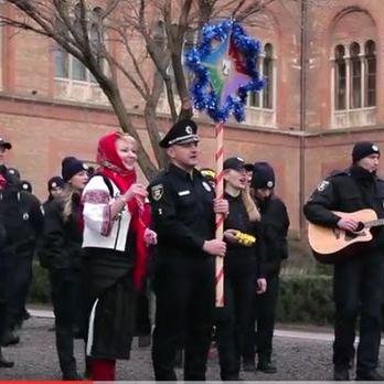 Патрульні поліцейські Буковини заспівали колядки ( Відео)