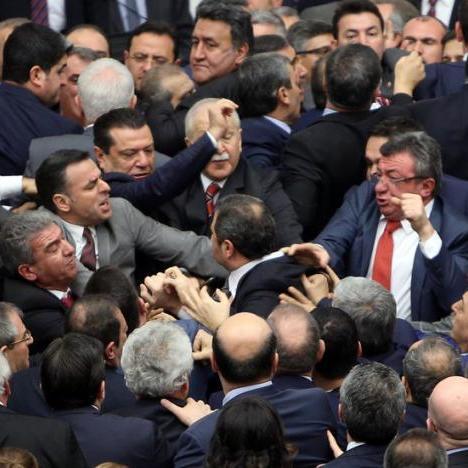 Турецькі депутати побилися під час дебатів про розширення повноважень Ердогана  (відео)