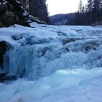 У Яремче замерз найбільший водоспад України (фото)