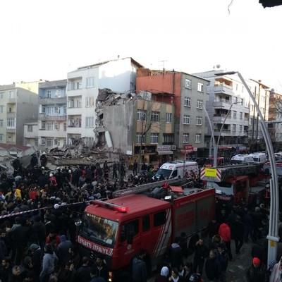 «Загиблі і поранені»: у Стамбулі обвалилася багатоповерхівка (фото, відео)