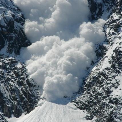На Закарпатті сніговою лавиною перекрито важливу ділянку траси