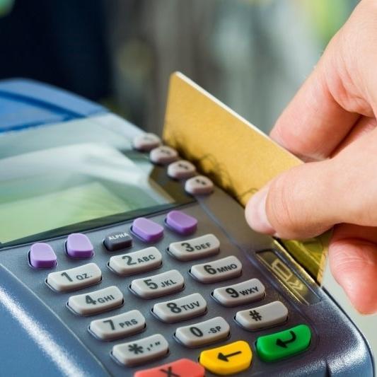 В Одесі працівниця банку вільно користувалась коштами з банківських карток клієнтів