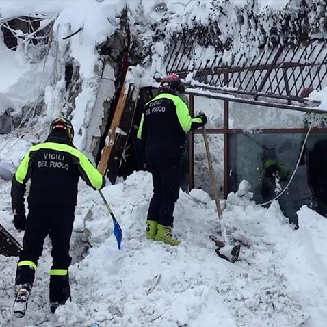Під завалами готелю в Італії виявлено вісім людей, які вижили