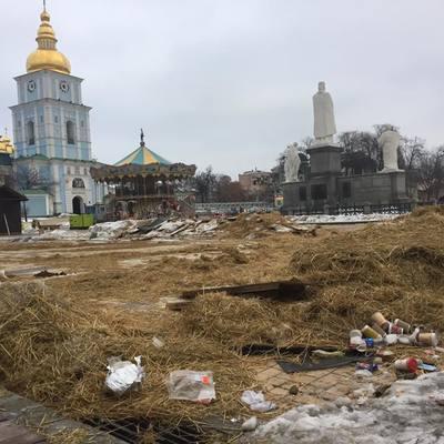 «Купа сміття» або що залишилось в Києві від новорічного «Міста розваг» (фото)