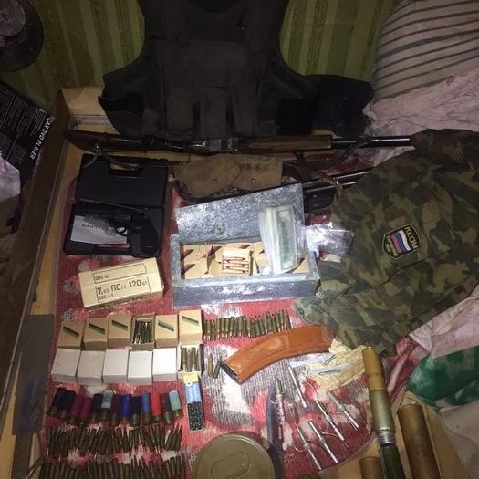На Харківщині у радника голови райради виявлено російську форму та арсенал боєприпасів