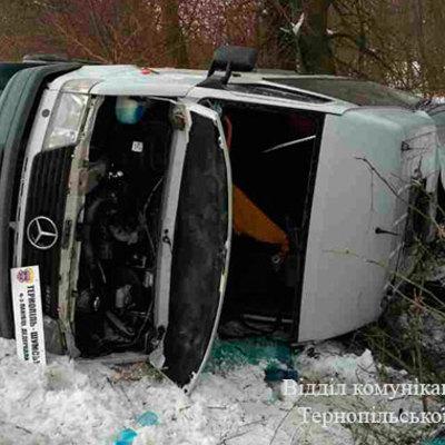 На Тернопільщині через ожеледь перекинувся рейсовий мікроавтобус, одна людина в реанімації (фото)