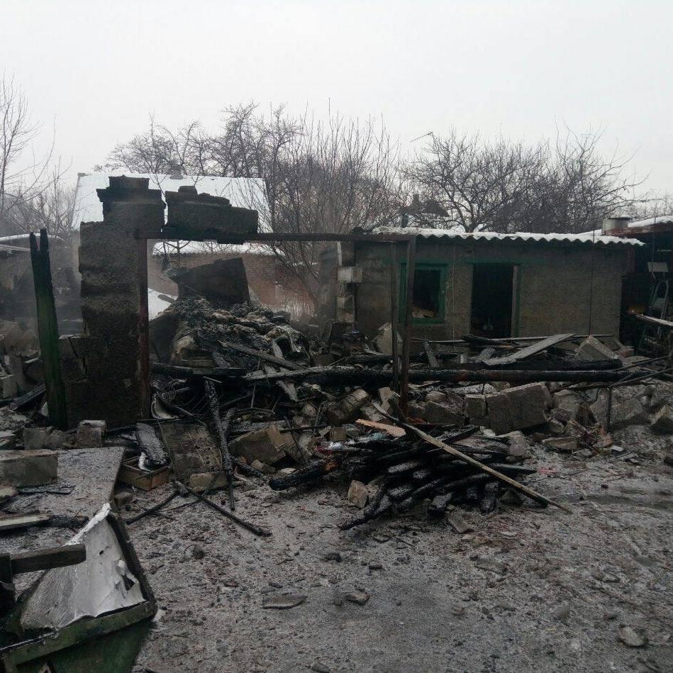 Бойовики обстрілюють Мар'їнку, горять будинки