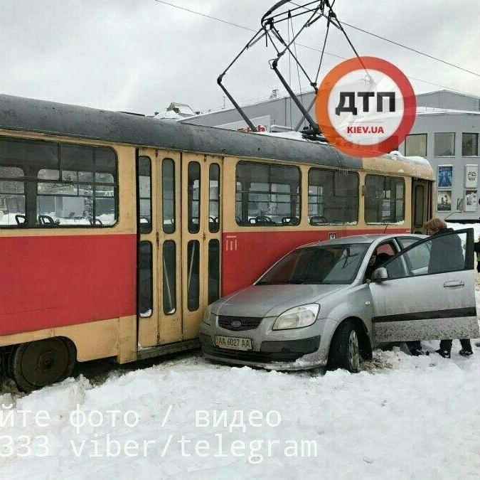 Київ: в ДТП потрапили легковик і трамвай