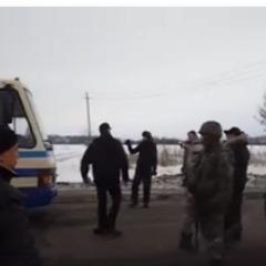 Нардеп опублікував відео, як на Донеччині чоловіки в формі української поліції кийками побили учасників блокади