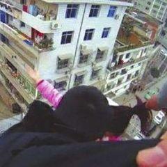 Китаєць спіймав дружину-самогубцю за волосся і врятував її від падіння з даху (відео)