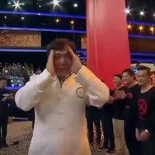 Непереможний та незворушний Джекі Чан розплакався через привітання колишніх колег (відео)