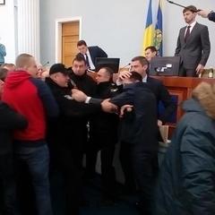 «Ти що, тупий? Говори українською!» –  бійка на сесії Черкаської облради (фото)