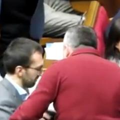 Піджак як символ боротьби: Лещенко розказав, чому Мельничук напав на нього у Раді (відео)