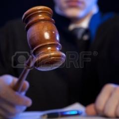 Під час засідання суддя накинувся на чоловіка