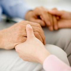 В Харкові сусідка врятувала батька і сина, які пролежали паралізовані у сусідній квартирі 3 дні