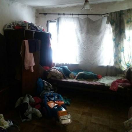 У Черкасах поліція врятувала трьох дітей, які три дні просиділи без нагляду у квартирі без їжі