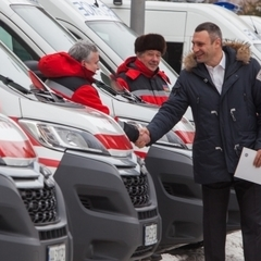Кличко передав столичним медзакладам 15 нових сучасних швидких