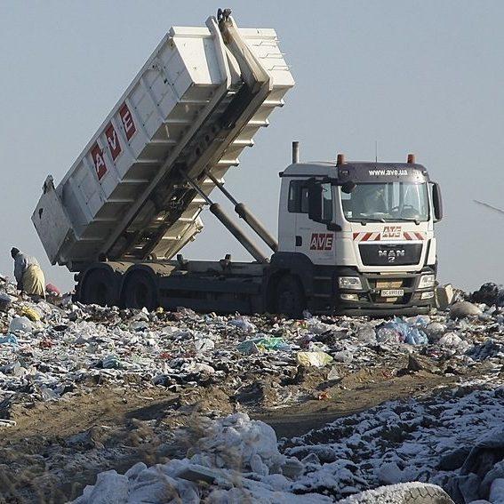 Нарешті ситуація зрушила з місця: техніка укріплює дамбу на сміттєзвалищі Львова