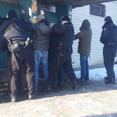 Поліцейські зупинили автівку за порушення ПДР, але побачили там викрадачів людини разом із жертвою