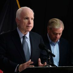 Я бачив, як ці сміливі хлопці воюють самі проти росіян без підтримки, - Маккейн про українців