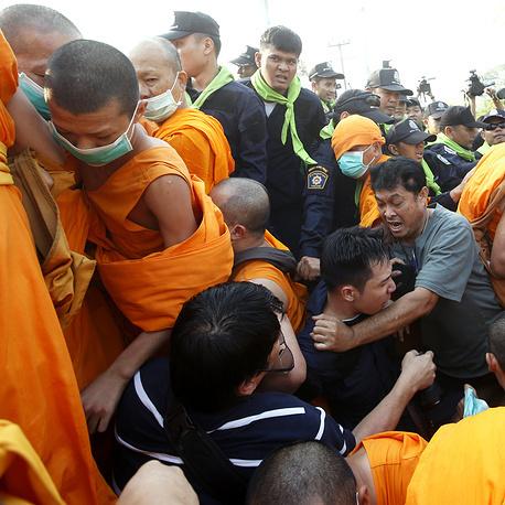 В Таїланді ченці побилися із поліцейськими, є поранені