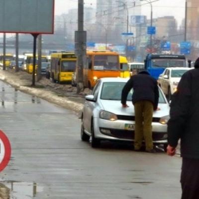 В Голосієво обурений пішохід поставив на місце автохама
