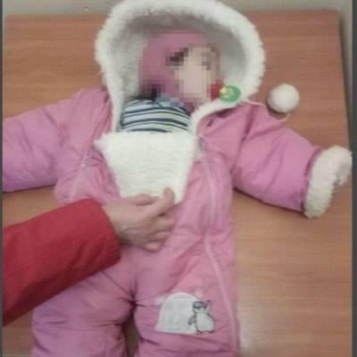 Одеські патрульні врятували немовля, що посеред ночі лежало на тротуарі