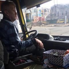 «Порошенку посвідчення показуй»: у Києві водій маршрутки обматюкав учасника АТО (фото)