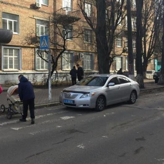 Представники поліції своїм «прикладом» показують як паркуватися
