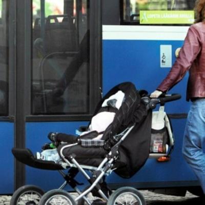 В столиці з автобуса випала коляска з дитиною