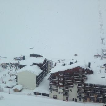 На курорті у Французьких Альпах зійшла лавина, під снігом багато лижників