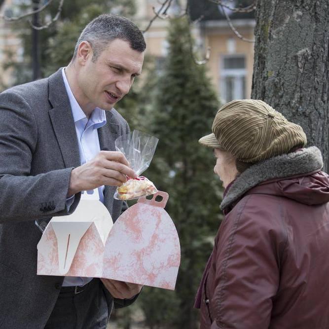 Віталій Кличко дарував жінкам квіти та солодощі на вулицях столиці (відео)