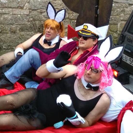 Священик з іспанської глибинки з'явився на карнавал в образі засновника Playboy (фото)