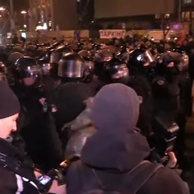 Камінням та петардами закидали офіс Ахметова у Києві