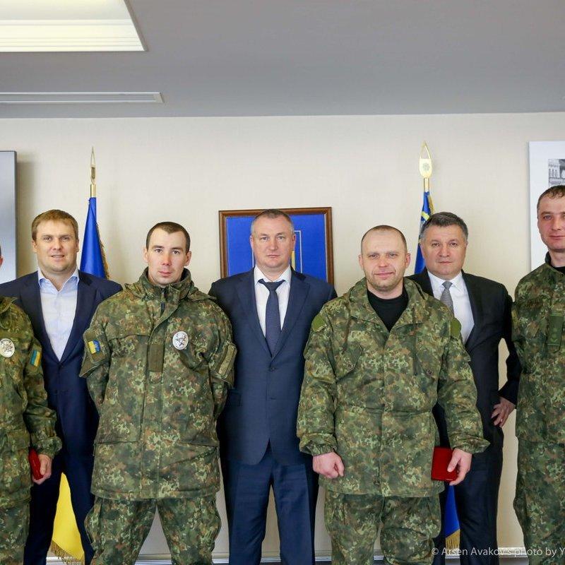 Аваков нагородив поліцейських, які давали відсіч Парасюку